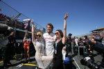 Jenson Button (Honda F1 Team) mit Kylie und Dannii Minogue