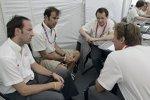 Marco Werner, Emanuele Pirro und Frank Biela bei einem Meeting mit Renningenieur Ed Turner