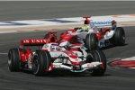 Ralf Schumacher (Toyota) hinter Takuma Sato (Super Aguri)
