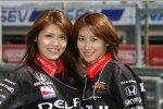 Zwei Grid Girls von Panther Racing