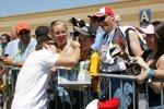 Marco Andretti (Andretti Green) gibt Autogramme
