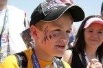 Ein Fan mit einem Autogramm von Marco Andretti im Gesicht