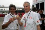 Aguri Suzuki (Teamchef) und Daniele Audetto (Geschäftsführer) (Super Aguri) stoßen auf den ersten WM-Punkte an