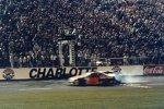 1991: Davey Allison ringt Kyle Petty auf der Ziellinie nieder und landet anschließend in der Mauer