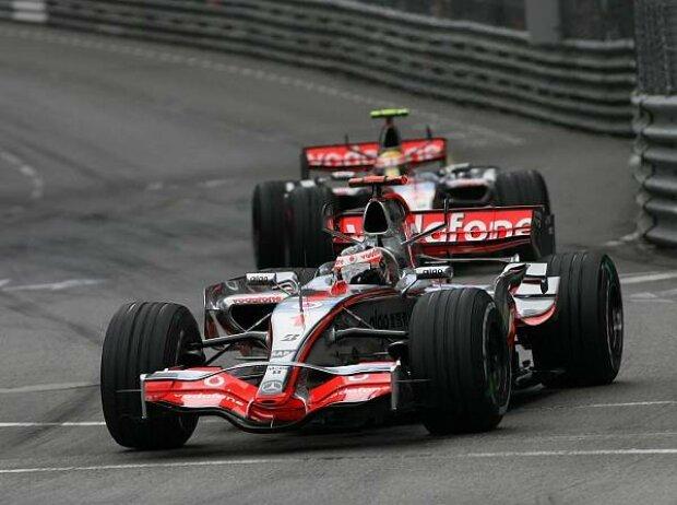 Fernando Alonso vor Lewis Hamilton