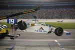 Das Auto von Jon Herb (Racing Professionals) wird geborgen
