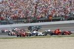 Startphase, hinten fliegt Jenson Button (Honda F1 Team)