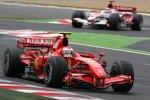 Kimi Räikkönen (Ferrari) vor Takuma Sato (Super Aguri)