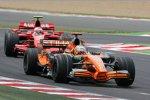 Adrian Sutil (Spyker) vor Kimi Räikkönen (Ferrari)