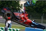 Vitantonio Liuzzis (Toro Rosso) Auto wird geborgen