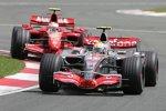 Lewis Hamilton (McLaren-Mercedes) vor Kimi Räikkönen (Ferrari)