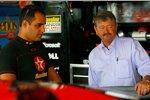 Juan Pablo Montoya (Ganassi) im Gespräch mit Teammanager Tony Glover