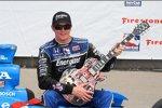 Scott Dixon und die Gibson Les Paul als Siegertrophäe