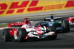 Takuma Sato (Super Aguri) und Rubens Barrichello (Honda F1 Team)