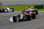 David Coulthard (Red Bull) vor Jarno Trulli (Toyota)
