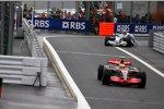 Nick Heidfeld (BMW Sauber F1 Team) schiebt, im Vordergrund Lewis Hamilton (McLaren-Mercedes)