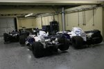 Die Autos des BMW Sauber F1 Teams und von Williams bei der Untersuchung