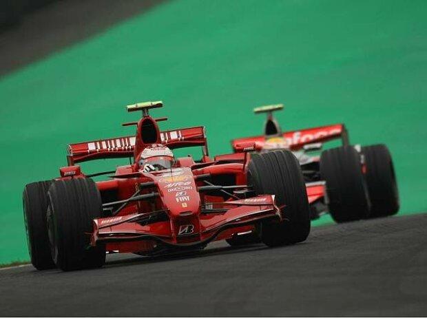 Kimi Räikkönen vor Lewis Hamilton