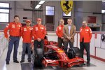 Aldo Costa, Felipe Massa, Kimi Räikkönen, Mario Almondo, Stefano Domenicali und Gilles Simon mit dem Ferrari F2008
