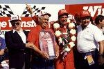1985: Darell Waltrip feiert mit Owner Junior Johnson