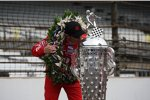 Scott Dixon mit der Borg-Warner-Trophy