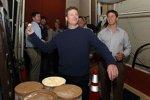 Dale Earnhardt Jun. ünt das Werfen mit Eiscreme, Denny Hamlin schaut zu