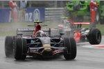 Sebastian Vettel (Toro Rosso) vor Heikki Kovalainen (McLaren-Mercedes)