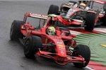 Felipe Massa (Ferrari) vor Lewis Hamilton (McLaren-Mercedes)