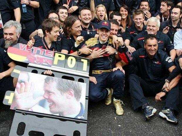 Sebastian Vettel und sein Team beim Feiern