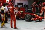 Felipe Massa (Ferrari) geht auf die Strecke, Fernando Alonso (Renault) muss warten und zuschauen
