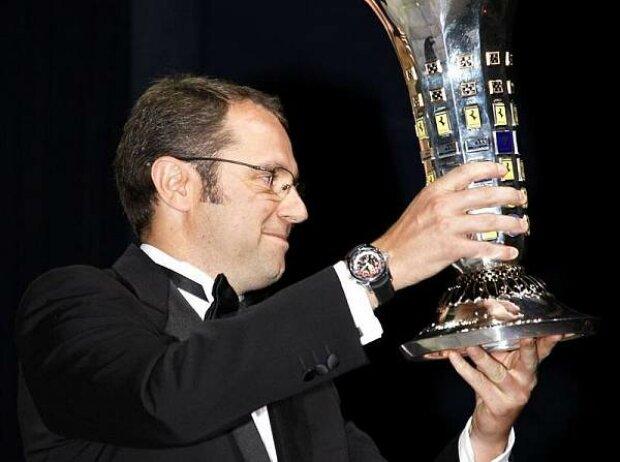 Stefano Domenicali mit dem Konstrukteurspokal