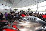 Blick über den McLaren-Mercedes MP4-24 auf die Gäste
