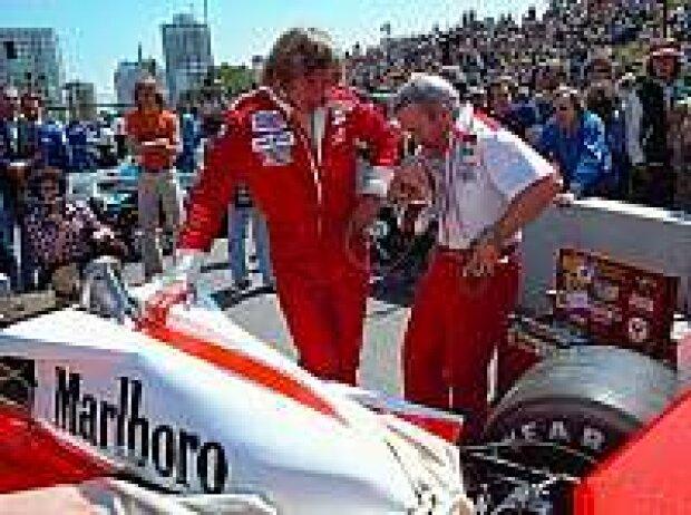 Teddy Mayer (re.) in der Startaufstellung von Long Beach 1977 mit James Hunt