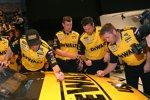 Die Kenseth-Crew signiert das Siegerauto