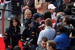 Menschentraube um Sebastian Vettel (Red Bull)