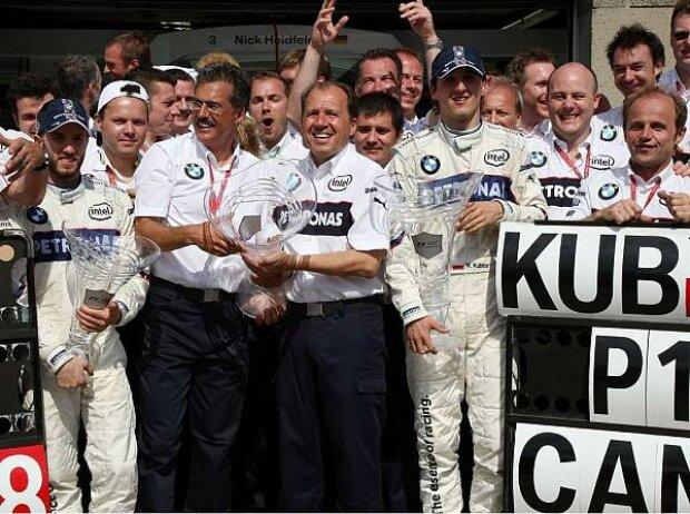 Willy Rampf feiert mit dem Team