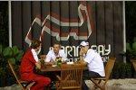 Robert Kubica (BMW Sauber F1 Team) und Manager Daniele Morelli bei Gesprächen mit einem Ferrari-Mitarbeiter