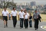 Jenson Button und Ross Brawn (Teamchef) (Brawn) gehen die Strecke ab