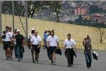 Rubens Barrichello (Brawn) beim Abgehen der Strecke