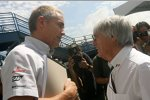 Martin Whitmarsh (Teamchef) (McLaren-Mercedes) und Bernie Ecclestone (Formel-1-Chef)
