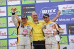 Gabriele Tarquini und Yvan Muller (SEAT) feiern mit Teammanager Jaime Puig