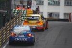Alain Menu (Chevrolet) auf der Verfolgung von Yvan Muller (SEAT)