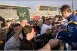 Sieger Kurt Busch (Penske) gibt Autogramme