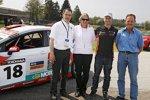 Fredy Barth (Sunred) mit Christian Mettler (ACS), Franziska Derungs (KuK) und dem Gewinnter der Taxifahrt im SEAT León TDI, Oskar Saxer
