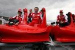 Fernando Alonso (Ferrari), Stefano Domenicali (Teamchef) und Felipe Massa (Ferrari) mit einem Modell der Ferrari-Achterbahn