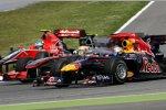 Lewis Hamilton (McLaren) und Sebastian Vettel (Red Bull) - innen Lucas di Grassi (Virgin)