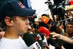 Sebastian Vettel (Red Bull) stellt sich den Fragen