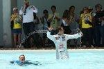 Tiago Monteiro (SR) und Yvan Muller (Chevrolet) feiern im Pool von Portimão