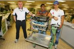 Mark Gallagher von Cosworth, Karun Chandhok und Bruno Senna (HRT)