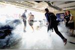 Mark Webber (Red Bull) flüchtet, weil mit Feuerlöschern gefeiert wird